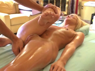 Hot amateur blonde girl acquires screwed by obscene mighty dude